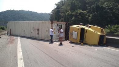 Photo of Carreta tomba e bloqueia a Rodovia Cônego Domênico Rangoni em Santos