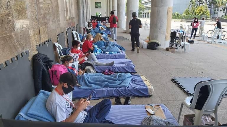 Contra governo, professores do PR completam uma semana em greve de fome
